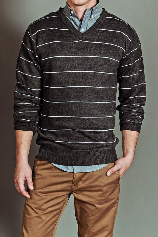 pantalón chino y una camisa de color neutro