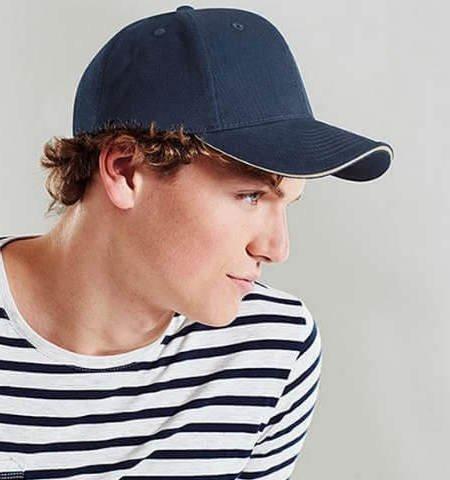 cabello largo con gorra