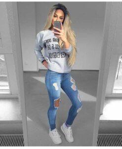 jeans rotos con tenis blancos