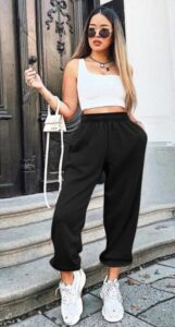 outfit deportista con tenis blancos