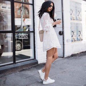 outfit vestido con tenis blancos